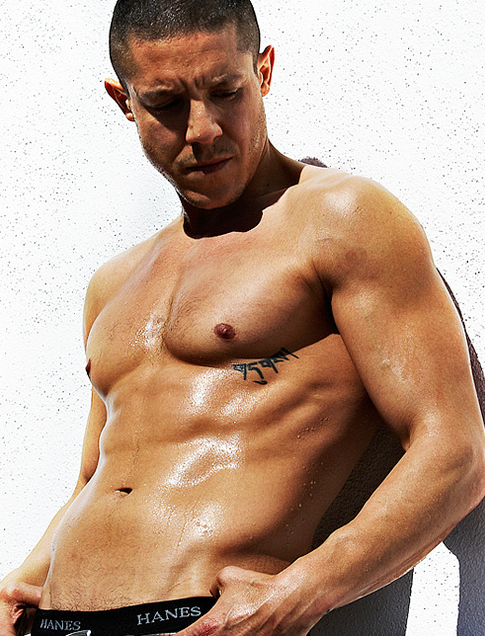 Theo_Rossi_shirtless_01.png